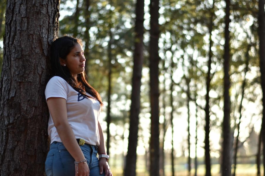Woman standing, leaning against a tree; Created by Luciano Acosta from Pexels
